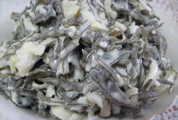 салат кальмары  с морской капустой